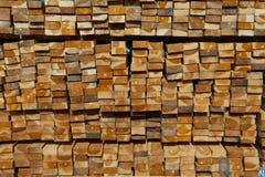 堆柚木树木头在堆木场 木的堆 免版税库存图片