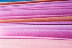 堆桃红色毛巾。 免版税库存照片