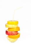 堆桔子、柠檬、梨和苹果切片用秸杆汁液c 免版税库存图片