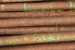 堆棕色生锈的铁用管道输送与油漆斑点  免版税库存照片