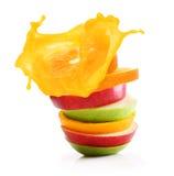 堆橙色果子和苹果切片 库存图片