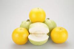 堆橙黄和绿色番石榴 免版税库存照片