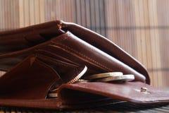 堆欧洲硬币在皮革棕色钱包里 库存照片