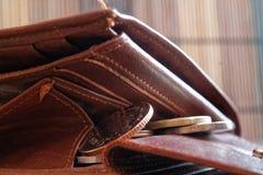 堆欧洲硬币在皮革棕色钱包里 免版税库存照片