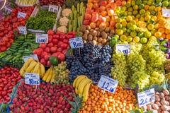 堆水果和蔬菜待售 免版税库存图片