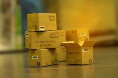 堆浅褐色的小纸板箱 运输t的概念 库存图片