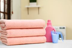 堆清洁毛巾和洗涤剂在洗衣房 免版税库存照片
