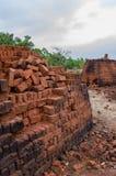 堆火砖生产了用传统方式在中央尼日利亚,非洲 免版税库存图片