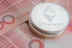 堆物理bitcoins、btc、bitcoin、ethereum、litecoins,波纹金和银币, cryptocurrency概念 库存照片