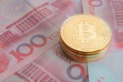 堆物理bitcoins、btc、bitcoin、ethereum、litecoins,波纹金和银币, cryptocurrency概念 免版税库存照片