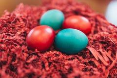 堆特写镜头五颜六色的巧克力复活节彩蛋 免版税库存照片