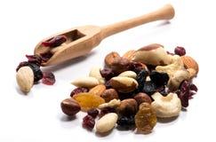 堆特写镜头未加工的坚果和干果子在一把木匙子 库存图片