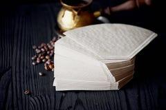 堆由牛皮纸做的咖啡过滤器 宏指令 免版税库存照片