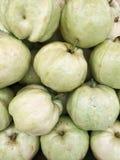 堆番石榴在水果市场上。 免版税库存照片