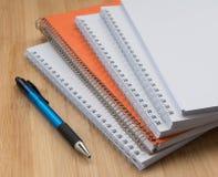 堆白色和橙色个人办公室笔记本 库存照片