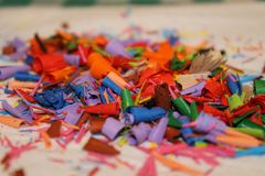 堆的一个抽象图象的色的削片细节或色的铅笔堆或遗骸  库存图片