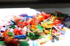 堆的一个抽象图象的色的削片细节或色的铅笔堆或遗骸  库存照片