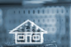 堆的两次曝光房子硬币当在gr的房子形状 图库摄影