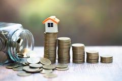 堆的微型房子硬币 投资物产和风险管理的概念 库存图片