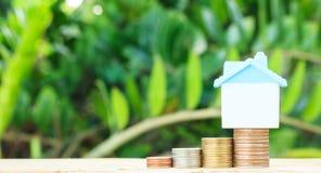 堆的微型房子硬币 免版税图库摄影