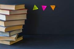 堆的特写镜头在坚硬捆绑的书在黑背景 文本的,建立学校的概念地方,回到 库存照片