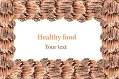 堆的装饰边缘黑黑麦面包和白面包在白色背景 查出 框架 概念艺术 食物Backgr 库存图片
