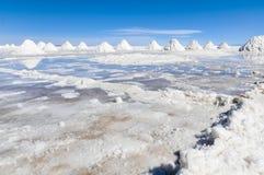 堆盐在撒拉族de Uyuni,玻利维亚 免版税库存照片