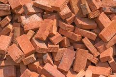 堆砖由被烧的红土,建筑材料制成 免版税库存图片
