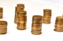 堆硬币和计数 图库摄影