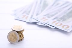 堆硬币和金钱在白色背景 免版税库存照片