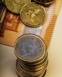 堆硬币在五十欧元纸票据的一句欧洲谎言  免版税库存照片