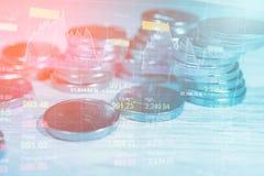 堆硬币金钱财务和银行业务与股市利润图表换财政的显示 免版税库存图片