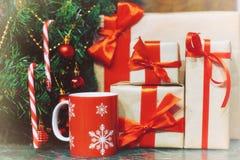 堆礼物在圣诞树下 库存照片
