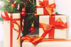 堆礼物在圣诞树下 免版税库存照片