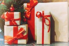 堆礼物在圣诞树下 图库摄影
