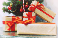 堆礼物在圣诞树下 免版税库存图片