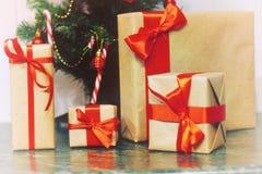 堆礼物在圣诞树下 库存图片