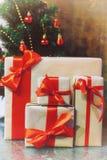 堆礼物在圣诞树下 免版税图库摄影