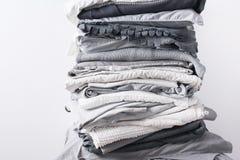 堆积单色白色灰色黑纺织品衣物 免版税图库摄影