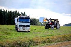 堆积在富豪集团FH12平板车卡车上的青贮 免版税库存图片