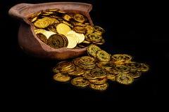堆积在残破的瓶子的金币在黑背景, 企划投资和保存的未来的金钱堆 库存图片