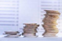 堆积在银行存款簿的硬币 r 投资和节约金钱 图库摄影