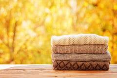 堆积堆在自然背景的被编织的秋天衣裳 库存照片