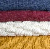 堆积多彩多姿的羊毛被编织的毛线衣特写镜头,纹理,背景 库存图片
