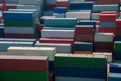 堆积容器的上海洋山深水口岸经济FTA集装箱码头 免版税库存图片