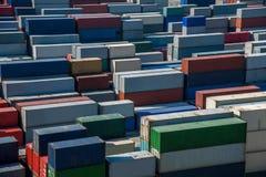 堆积容器的上海洋山深水口岸经济FTA集装箱码头 免版税库存照片