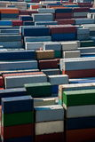堆积容器的上海洋山深水口岸经济FTA集装箱码头 库存照片