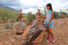 堆积岩石的女孩 免版税图库摄影