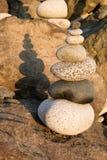 堆积平衡的垂直的构成的海滩岩石 免版税图库摄影