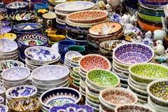 堆积待售精巧装饰的陶瓷碗在市场上 库存图片
